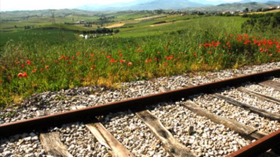 Una Carovana lungo l'ex tracciato ferroviario.